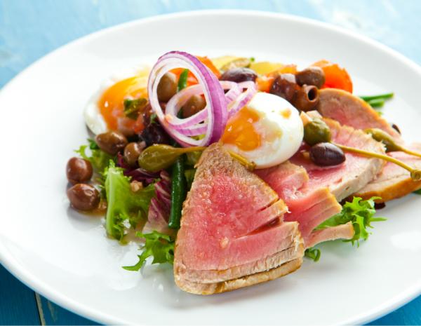 Ужин в Париже: Стейк, Салат с Лососем и Крем-брюле
